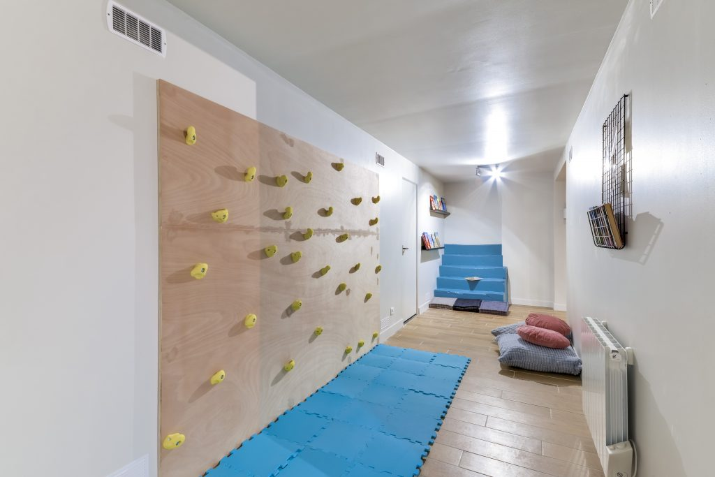 climbing wall in the villa montorgueil apartment